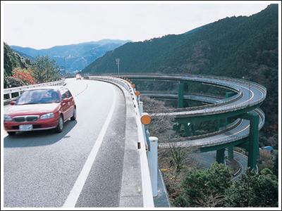 ingenieria-en-la-red-kawazu-nanadaru-loop-bridge-03.jpg