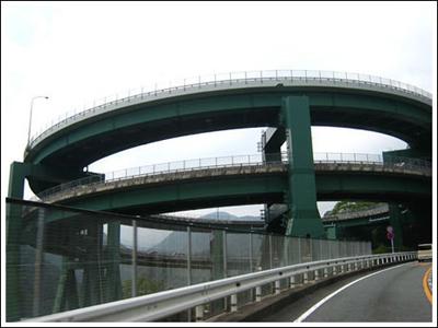 ingenieria-en-la-red-kawazu-nanadaru-loop-bridge-04.jpg