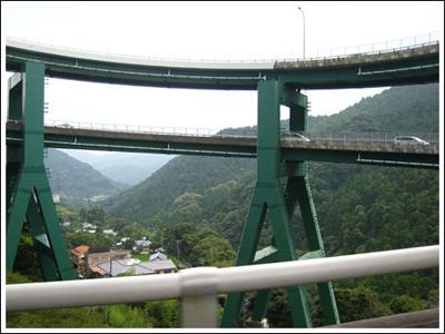 ingenieria-en-la-red-kawazu-nanadaru-loop-bridge-05.jpg
