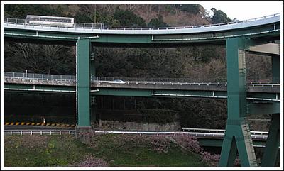 ingenieria-en-la-red-kawazu-nanadaru-loop-bridge-06.jpg