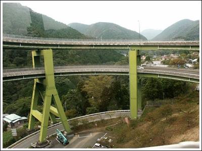 ingenieria-en-la-red-kawazu-nanadaru-loop-bridge-08.jpg