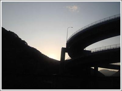 ingenieria-en-la-red-kawazu-nanadaru-loop-bridge-13.jpg